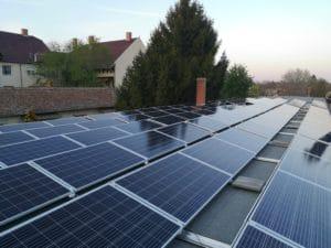 Lapos tetőre telepített napelem